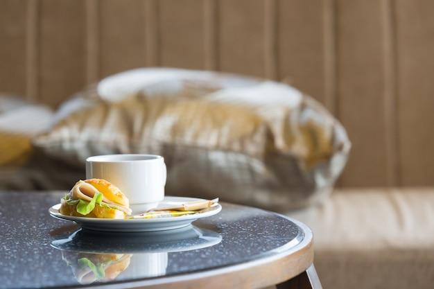 Heerlijke sanwich en koffie in gerecht op tafel