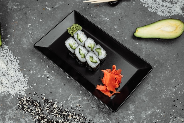 Heerlijke sappige en overheerlijke maki met komkommersushi op een grijze achtergrond