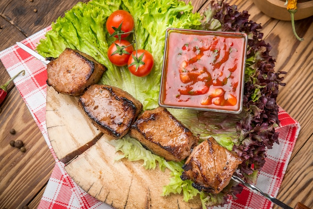 Heerlijke sappige spiesjes of shish kebabs op spiesjes van varkenshaas