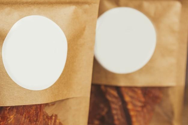 Heerlijke schokkerig op een houten achtergrond. producten in ambachtelijke verpakkingen. tussendoortje voor alcohol. macro foto. detailopname.