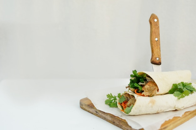 Heerlijke shoarmasandwich kebab op wit