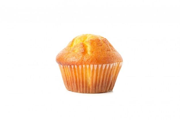 Heerlijke smakelijke muffin die op wit wordt geïsoleerd