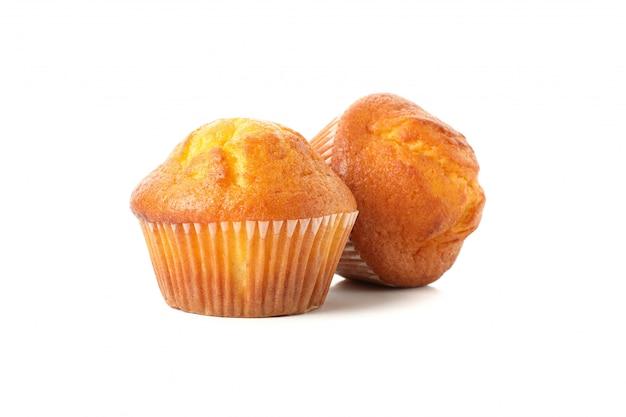 Heerlijke smakelijke muffins die op wit worden geïsoleerd