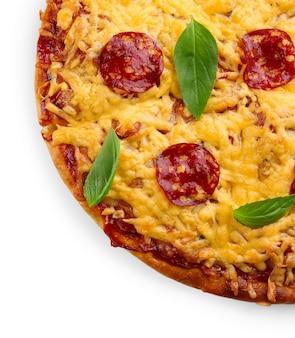Heerlijke smakelijke pizza geïsoleerd op wit