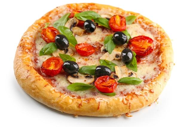 Heerlijke smakelijke pizza met groenten, geïsoleerd op wit