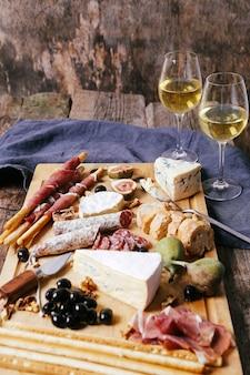 Heerlijke snacks op een houten bord