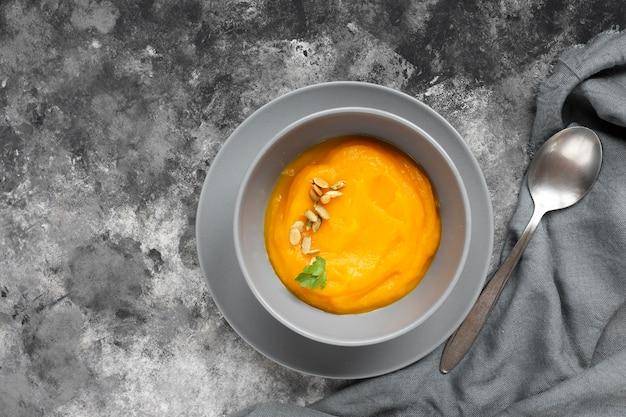 Heerlijke soep dicht bij een kleine lepel