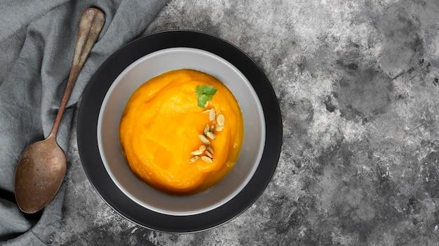 Heerlijke soep dicht bij een roestige lepel