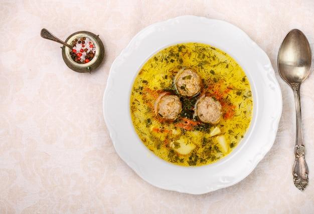 Heerlijke soep met kip of kalkoenballetjes met groenten - aardappelen, wortelen, dille, peterselie
