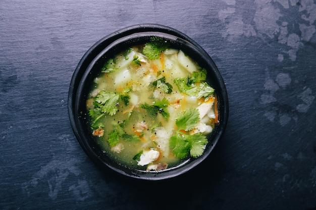 Heerlijke soep op zwarte kom