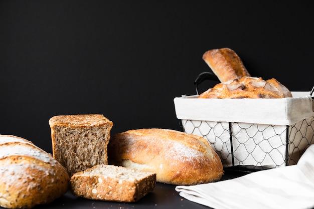 Heerlijke soorten brood en mand long shot