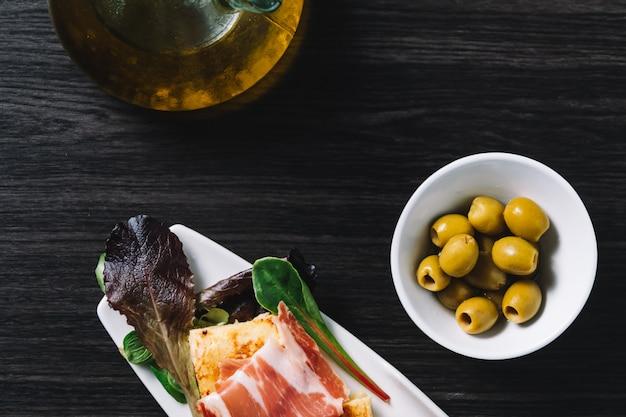 Heerlijke spaanse aardappelomelet top met serranoham en olijven