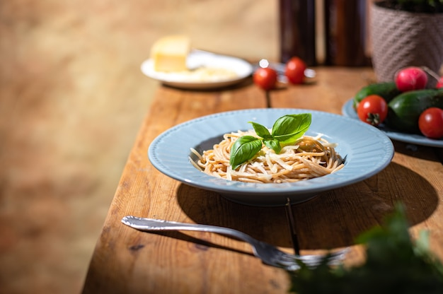 Heerlijke spaghetti in een blauw bord. zelfgemaakte gezonde slowfood. familietradities
