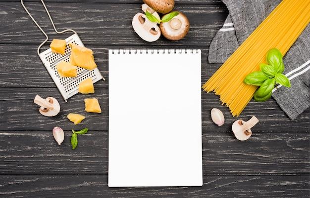 Heerlijke spaghetti met champignons met notebook