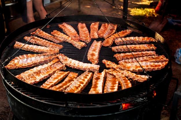 Heerlijke steak op grill voor campingdag