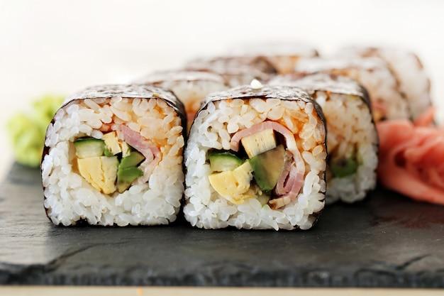 Heerlijke sushi geserveerd op de tafel