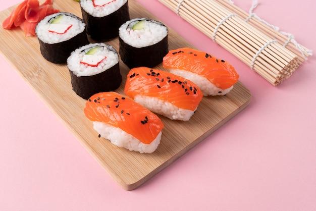 Heerlijke sushi onder hoge hoek aan boord