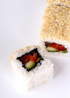 Heerlijke sushi op zwarte plaat