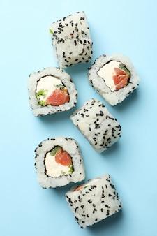 Heerlijke sushi rolt op blauwe ondergrond. japans eten
