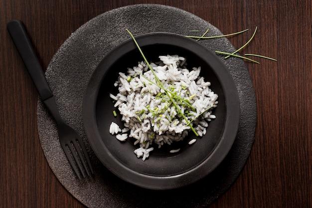Heerlijke sushirijst op zwarte plaat met vork