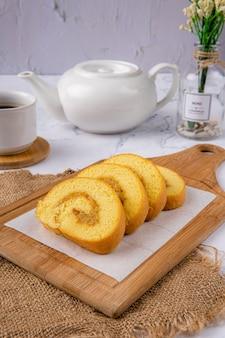Heerlijke swiss roll roll cake of bolu gulung met ananasjam bolu gulung is een biscuitgebak dat wordt gebakken in een ondiepe pan gevuld met jam of botercrème en vervolgens wordt uitgerold