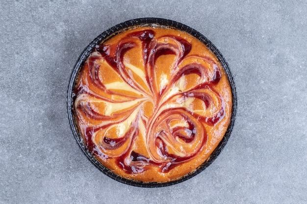 Heerlijke taart met bes op marmeren oppervlak