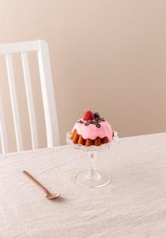 Heerlijke taart met bosvruchten arrangement