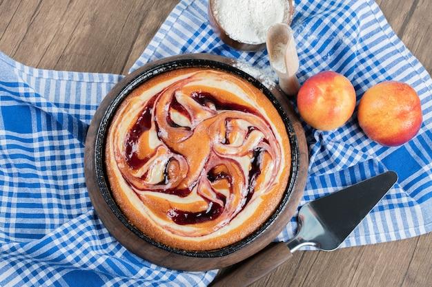 Heerlijke taart met meerdere ingrediënten op een houten snijplank.