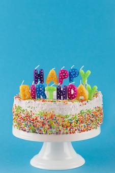 Heerlijke taart met verjaardagskaarsen