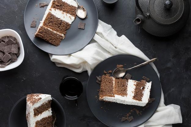 Heerlijke taart op zwarte plaat bovenaanzicht