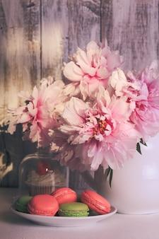 Heerlijke taarten en bitterkoekjes met koffie en bloemen