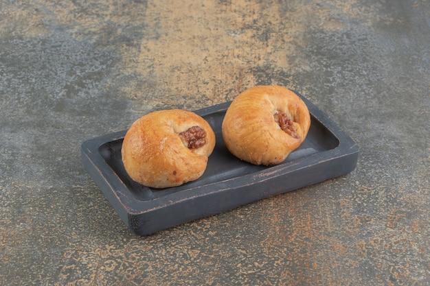 Heerlijke taarten op een houten bord op houten tafel