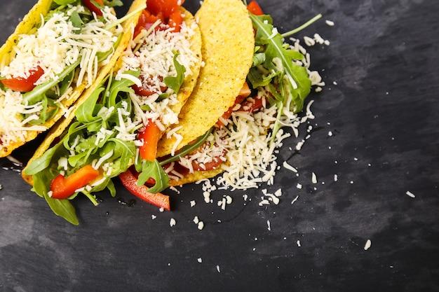 Heerlijke taco op houten plaat