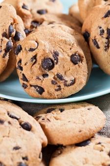 Heerlijke tarwemeelkoekjes en chocoladedruppels in het bereide zandkoekdeeg
