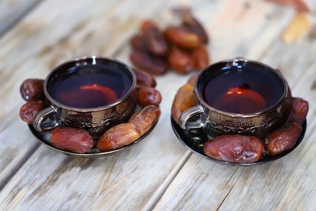 Heerlijke thee in kopjes en gedroogde dadels