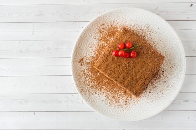 Heerlijke tiramisu-cake met verse rode aalbesbessen.