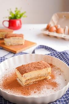 Heerlijke tiramisu - traditioneel italiaans dessert van mascarponekaas en koekje. gaan