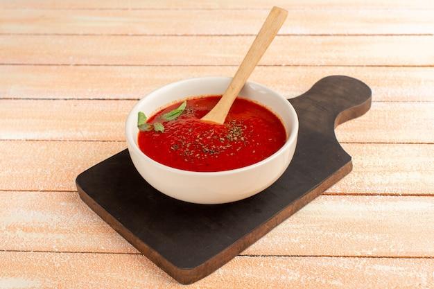 Heerlijke tomatensoep met greens op room, het diner van de soepmaaltijd