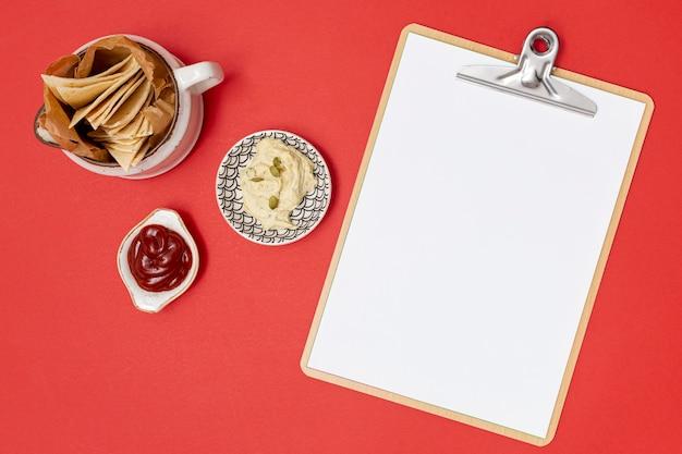 Heerlijke tortilla met dips naast klembord