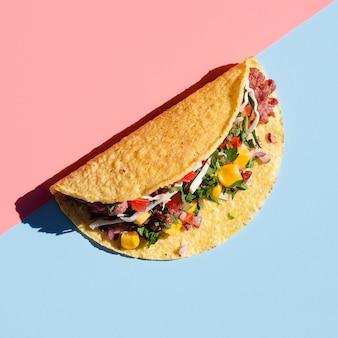 Heerlijke tortilla wrap met schaduw bovenaanzicht