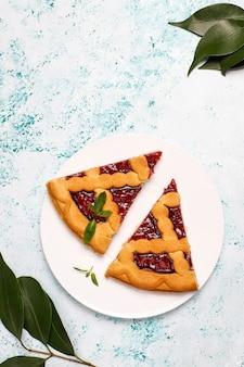 Heerlijke traditionele berry cherry pie crostata op lichte ondergrond