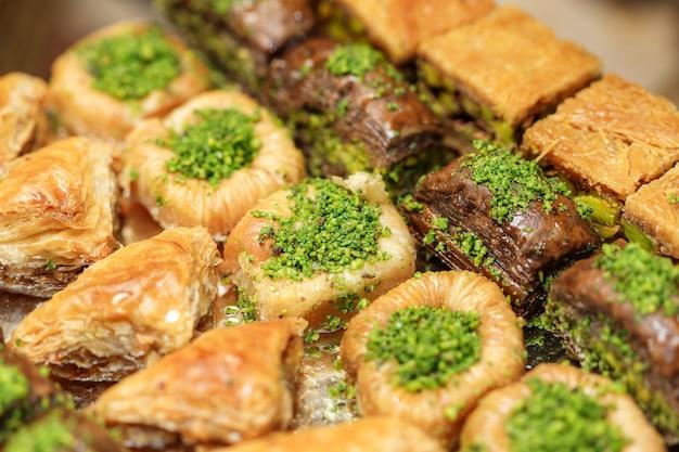 Heerlijke traditionele turkse gerechten baklava met honing en noten. oosterse zoetigheden met pistache. thee dessert