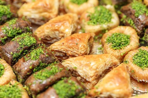 Heerlijke traditionele turkse gerechten baklava met honing en noten. oosterse zoetigheden met pistache