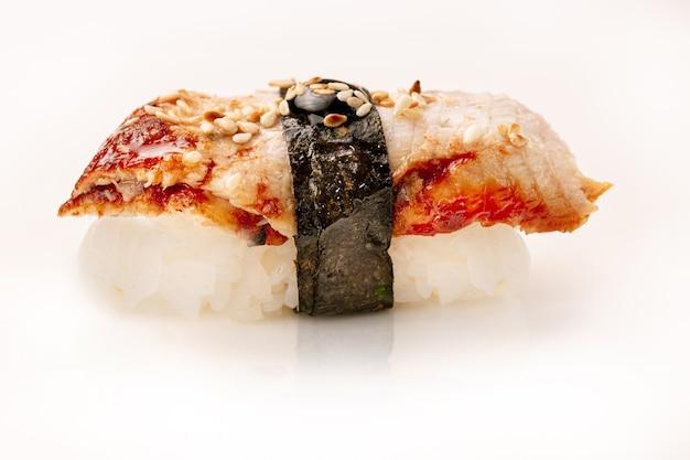 Heerlijke unagi eel nigiri sushi, paling sushi, op witte achtergrond. traditionele japanse keuken.
