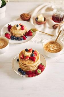 Heerlijke vegan pannenkoeken met fruit op een witte plaat