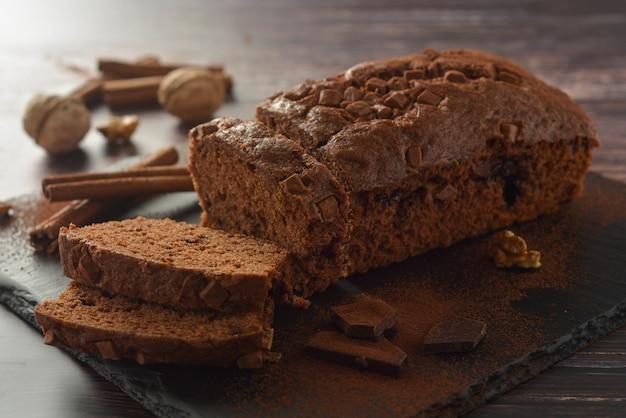 Heerlijke veganistische chocoladetaart. chocolade pond cake of biscuitgebak. toetje.