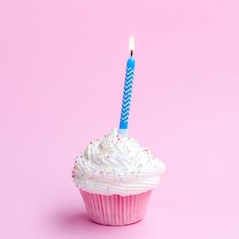 Heerlijke verjaardagsmuffin met blauwe kaars