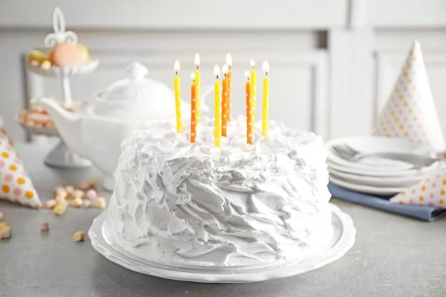 Heerlijke verjaardagstaart met kaarsjes op tafel