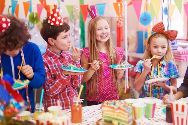 Heerlijke verjaardagstaart op het feest