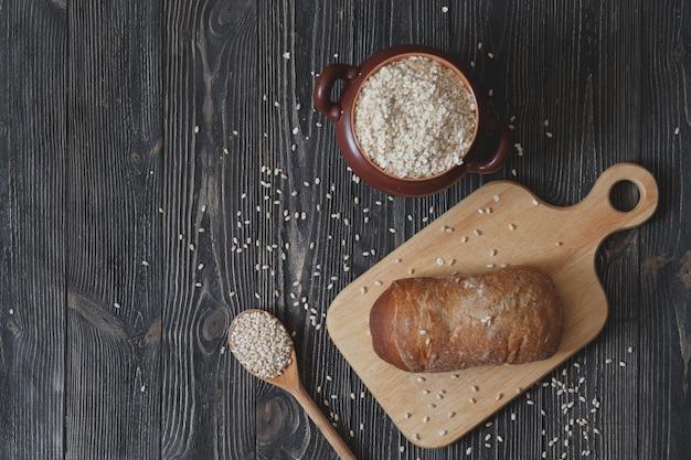 Heerlijke vers gebakken sneetjes brood met zonnebloempitten op een donkere tafel gefotografeerd van bovenaf, horizontaal beeld